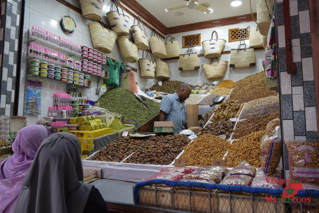 Puesto de especias en un zoco en Marrakech